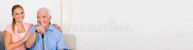 Uomo senior sorridente con la sua nipote fotografie stock libere da diritti