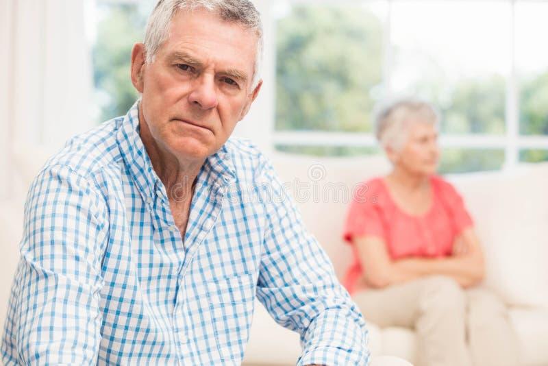 Uomo senior turbato dopo la discussione con la moglie fotografia stock
