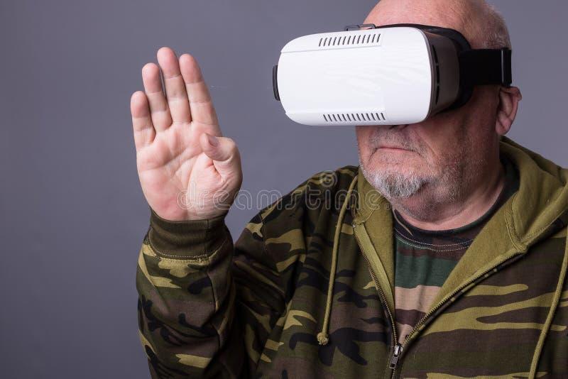 Uomo senior in vetri portabili di tecnologia VR Uomo anziano sicuro fotografia stock libera da diritti