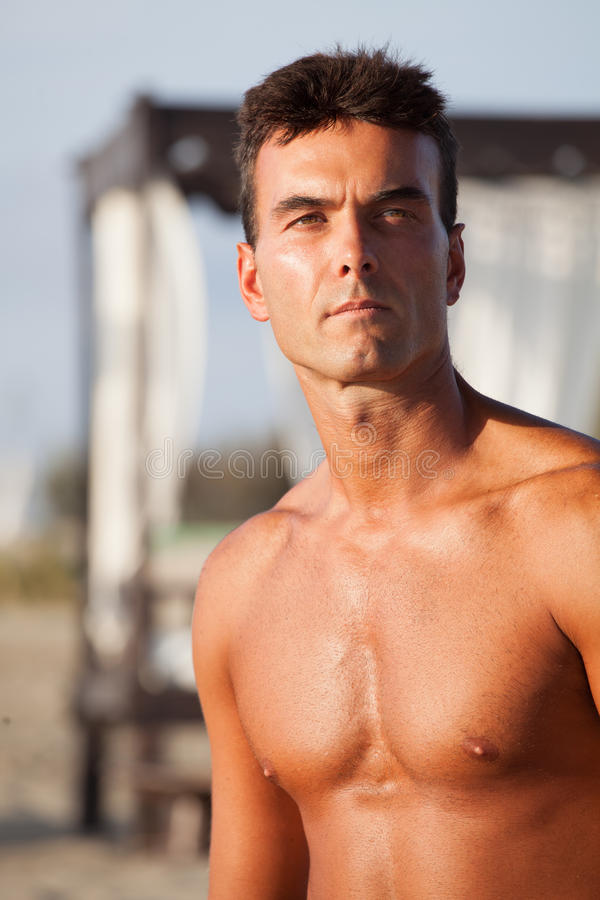 Uomo senza camicia, espressione seria del ritratto del petto e all'aperto fotografia stock libera da diritti