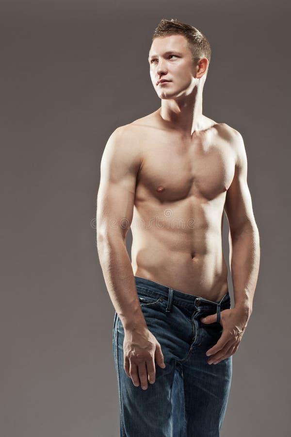 Uomo senza camicia macho che osserva in su immagini stock libere da diritti