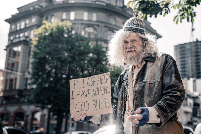 Uomo senza tetto senior sconcertante che è sporco e lavato immagini stock libere da diritti