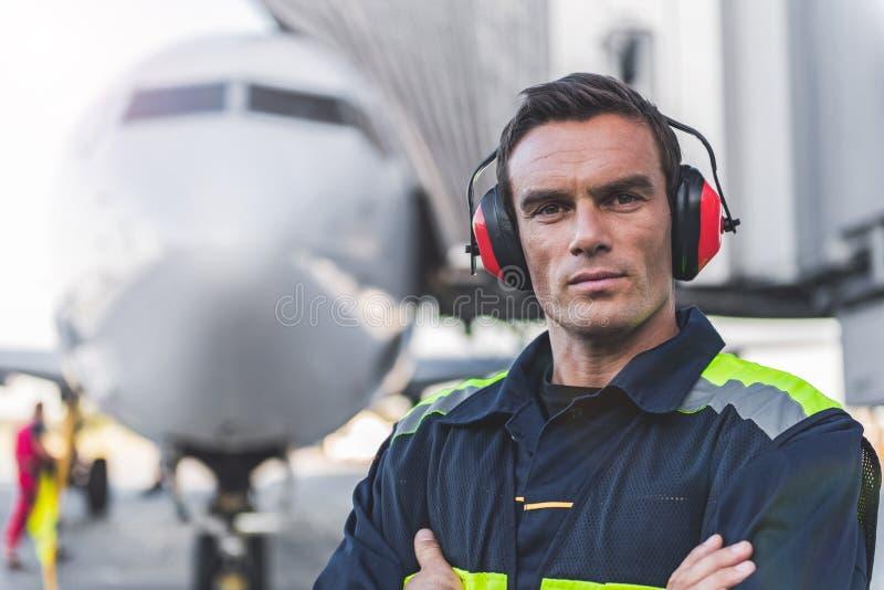 Uomo sereno che ha lavoro all'aerodromo fotografia stock