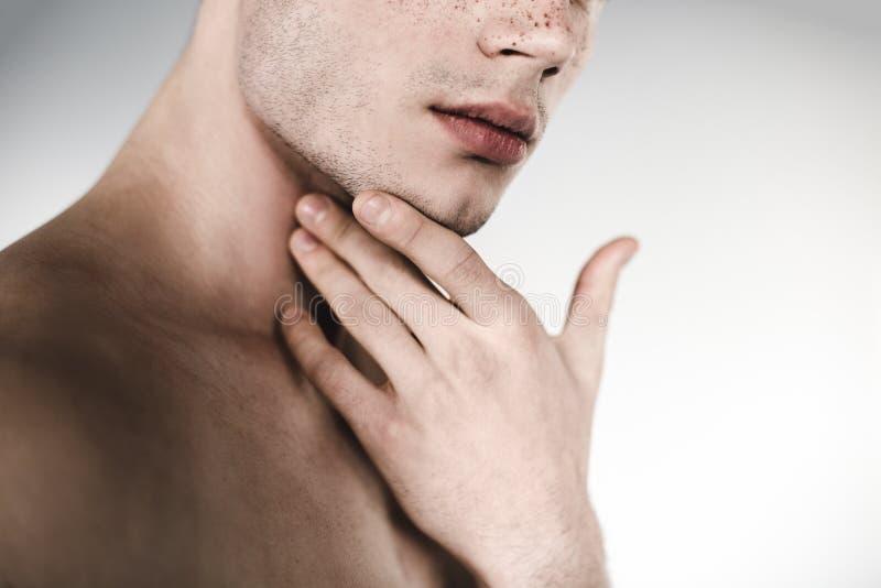 Uomo sereno che tiene mandibola dal braccio fotografia stock