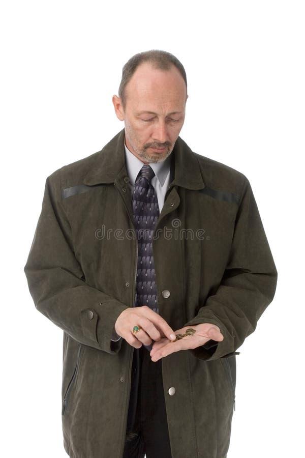 Uomo serio che conta le monete fotografia stock libera da diritti