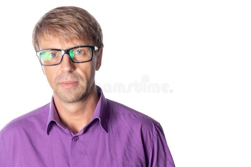 Uomo serio di medio evo con i vetri su fondo bianco Vetri d'uso dell'uomo alla moda, esaminanti macchina fotografica fotografia stock libera da diritti