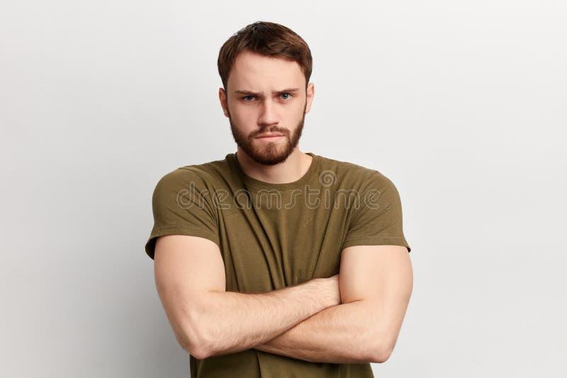Uomo serio infelice triste arrabbiato con l'espressione di disapprovazione fotografie stock libere da diritti