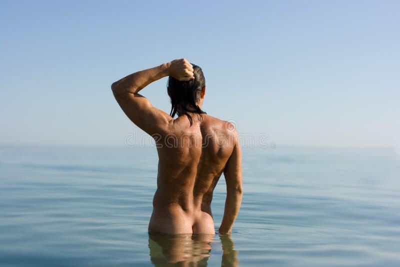 Uomo sexy in acqua fotografia stock libera da diritti
