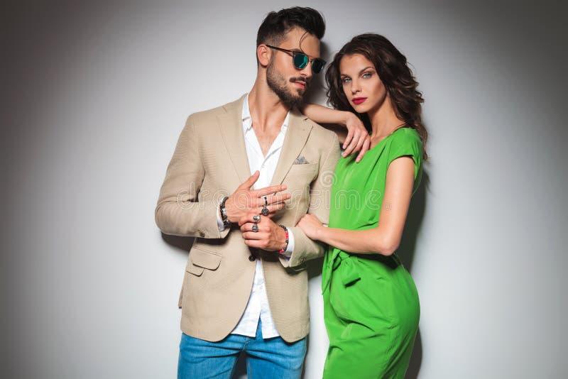 Uomo sexy che mostra i suoi anelli mentre la donna si appoggia la sua spalla immagine stock