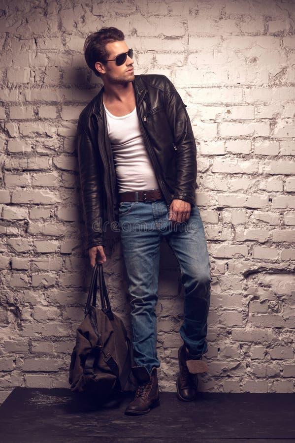 Uomo sexy con la borsa. fotografia stock libera da diritti