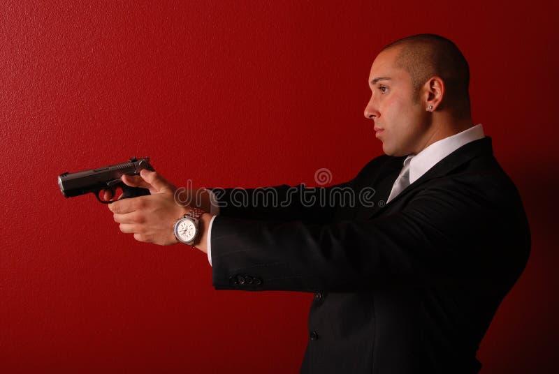 Uomo sexy con la pistola. fotografia stock libera da diritti