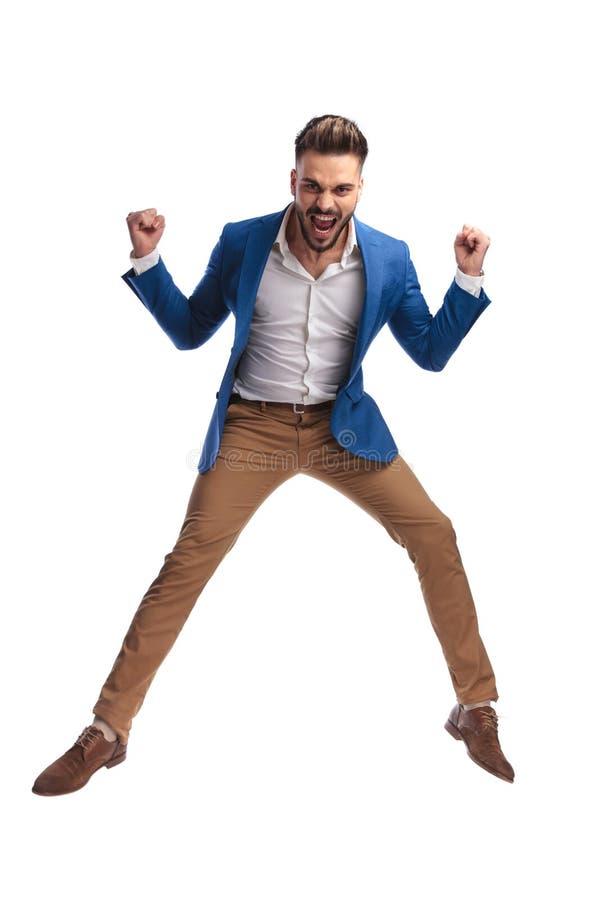Uomo sexy in vestito che celebra vittoria e gridare fotografia stock libera da diritti