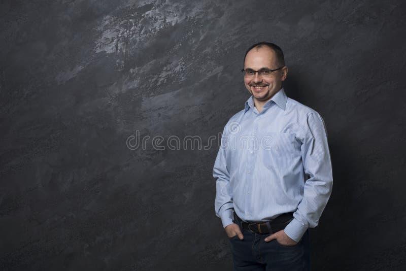 Uomo sicuro bello in ritratto di vetro fotografie stock libere da diritti