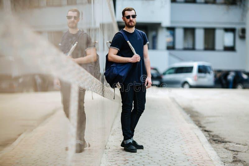 Uomo sicuro che posa in jeans della cimosa fotografia stock