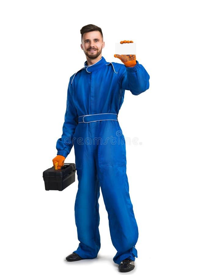 Uomo sicuro di servizio con la cassetta portautensili su fondo bianco fotografia stock