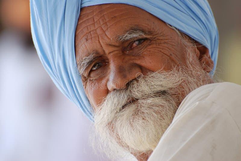 Uomo sikh che porta turbante blu immagini stock libere da diritti