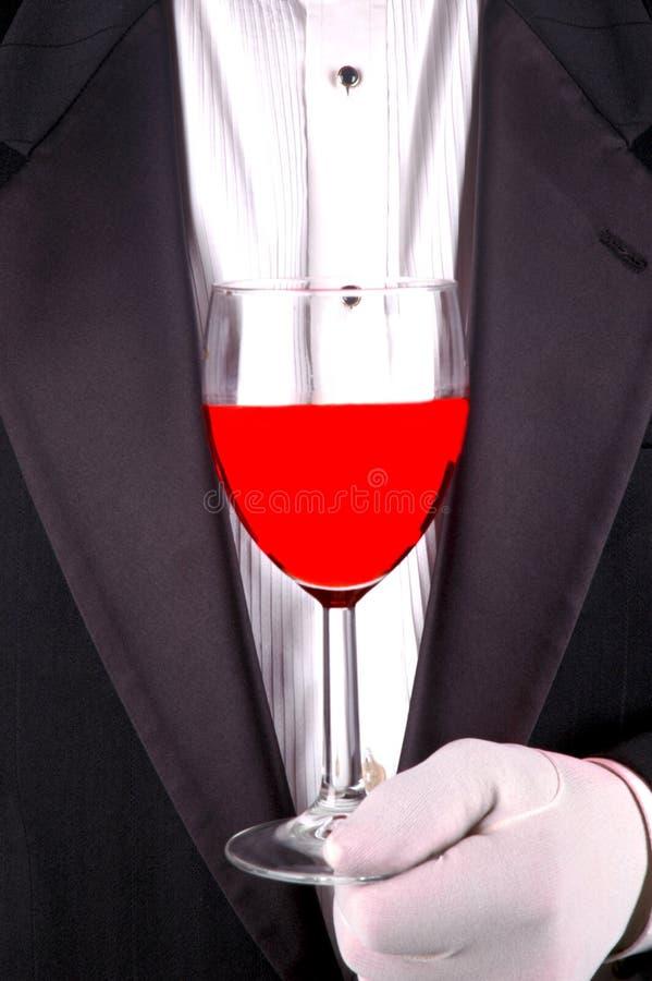 Uomo in smoking con vetro di vino fotografie stock libere da diritti