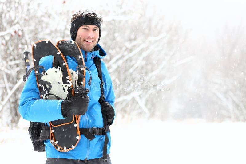 Uomo Snowshoeing Di Inverno Immagini Stock