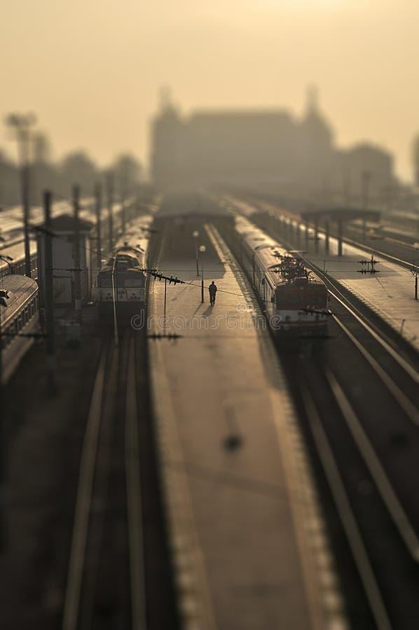 Uomo solitario in una stazione ferroviaria fotografia stock libera da diritti