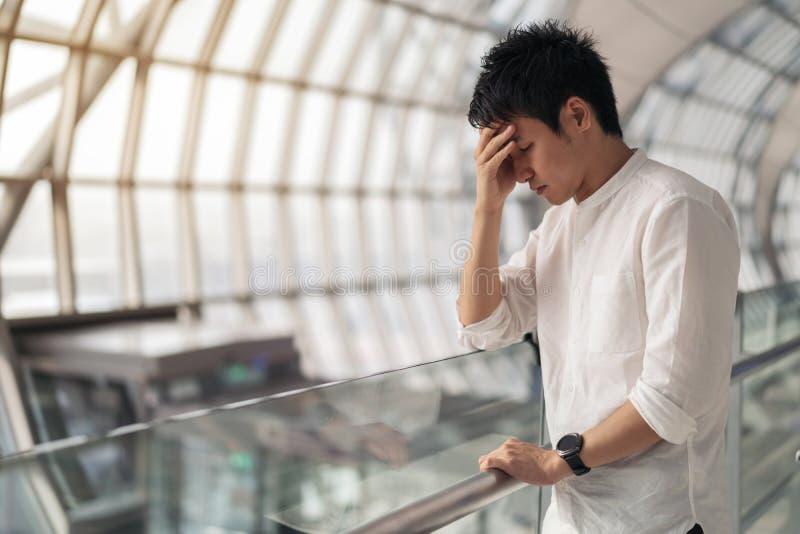 Uomo sollecitato in aeroporto fotografie stock libere da diritti