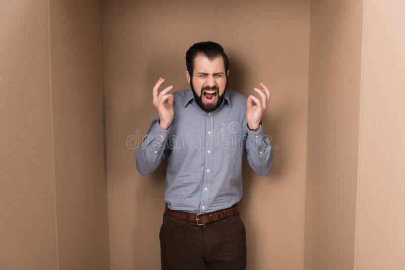 Uomo sollecitato di grido immagine stock