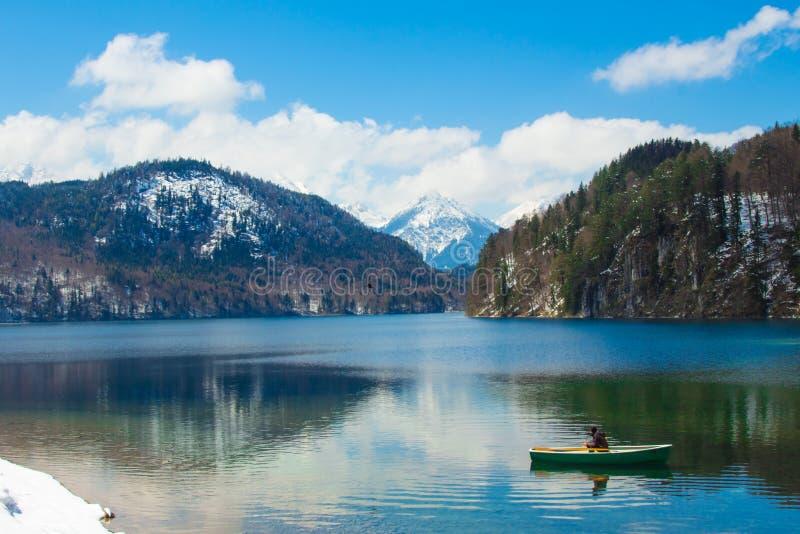 Uomo solo sul lago sulla barca immagini stock libere da diritti