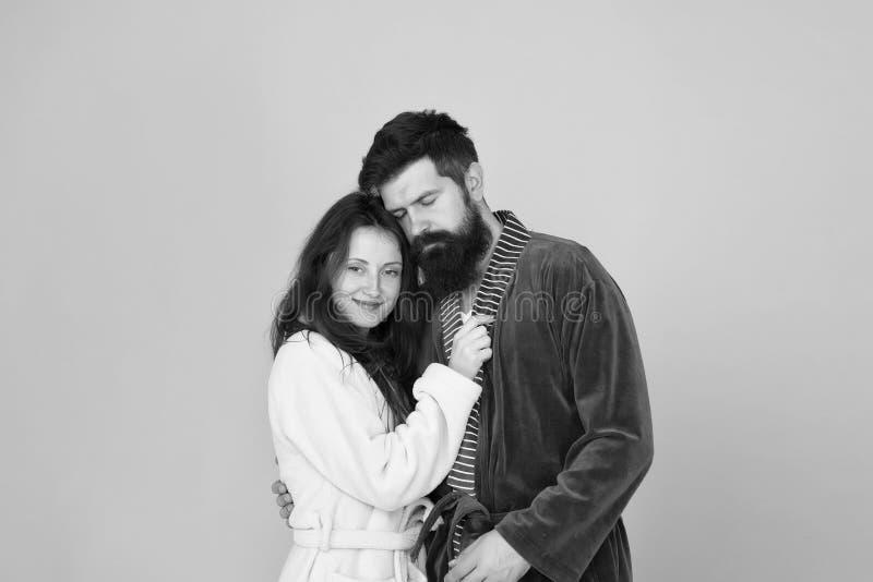 Uomo sonnolento abbracciare la sua ragazza Uomo e donna barbuti in pigiama dell'abito Coppie nell'amore famiglia sonnolenta Svegl immagine stock libera da diritti