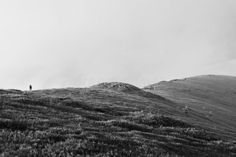 Uomo sopra la collina del gelo, camminante su Paesaggio stupefacente della gente fotografia stock libera da diritti