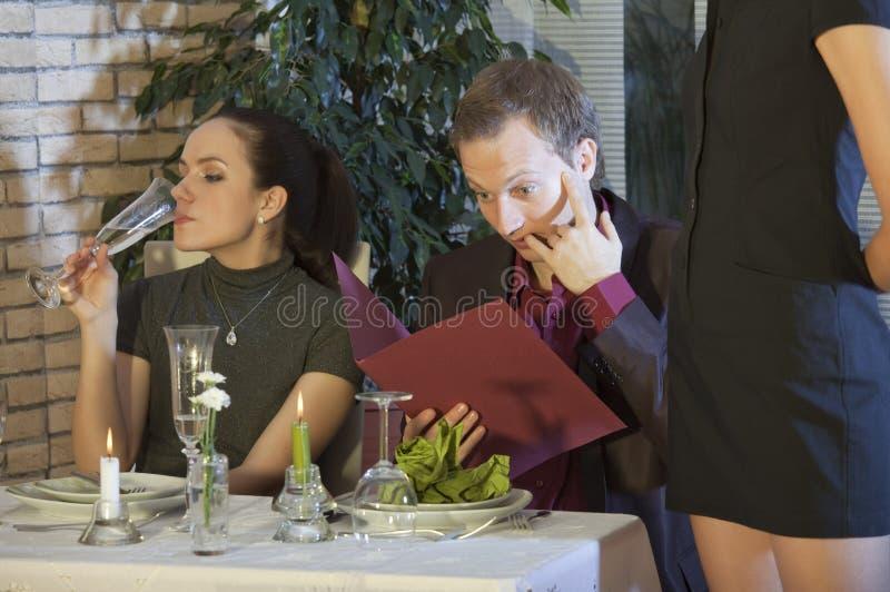 Uomo sorpreso con la fattura in ristorante fotografie stock