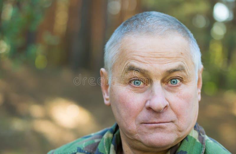 Uomo sorpreso con un fronte divertente fotografie stock