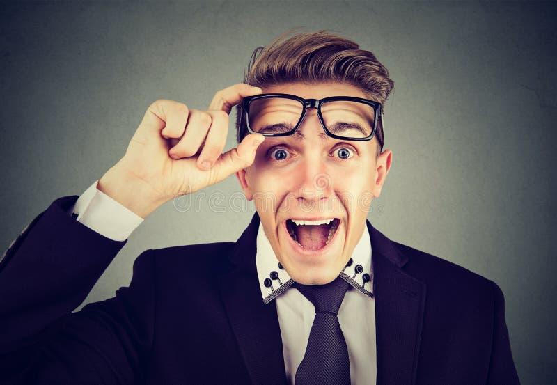 Uomo sorpreso di affari con i vetri fotografia stock libera da diritti