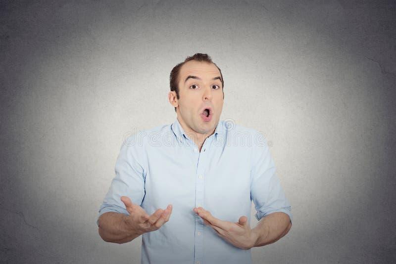 Uomo sorpreso e giovane di affari nel rifiuto che giustifica le sue azioni fotografia stock