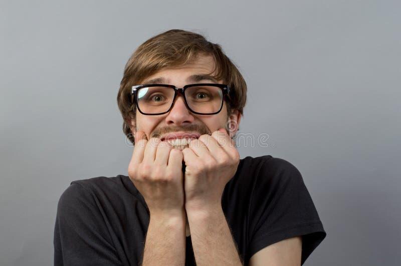 Uomo sorpreso su fondo grigio fotografie stock