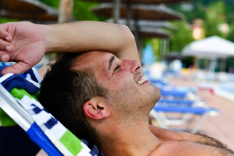 Uomo sorridente barbuto alla spiaggia fotografia stock libera da diritti