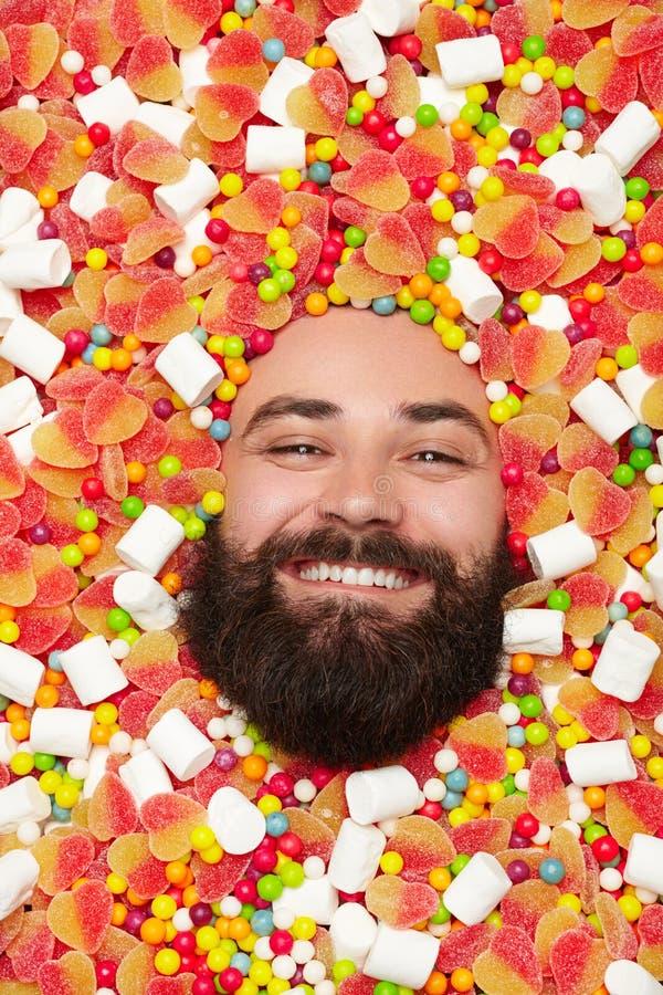Uomo sorridente in caramelle immagini stock