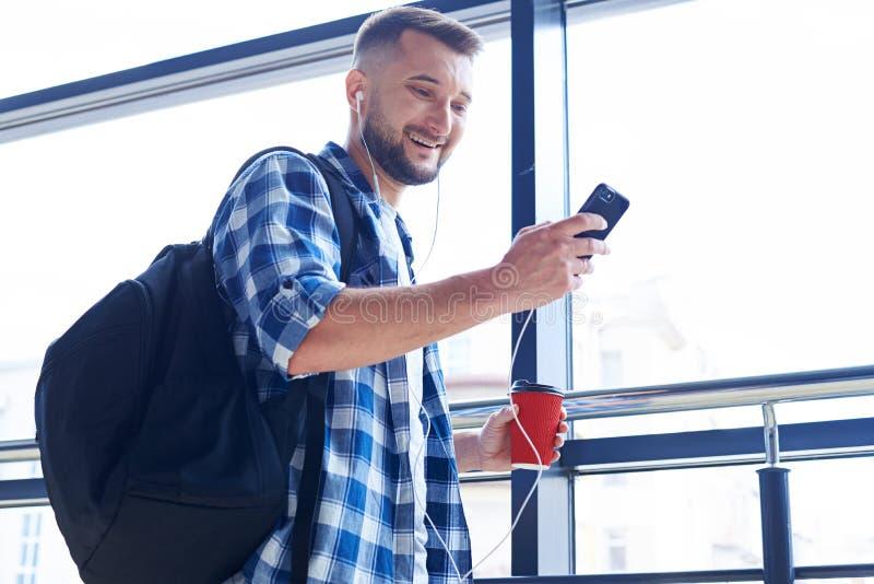 Uomo sorridente che esamina telefono immagini stock libere da diritti