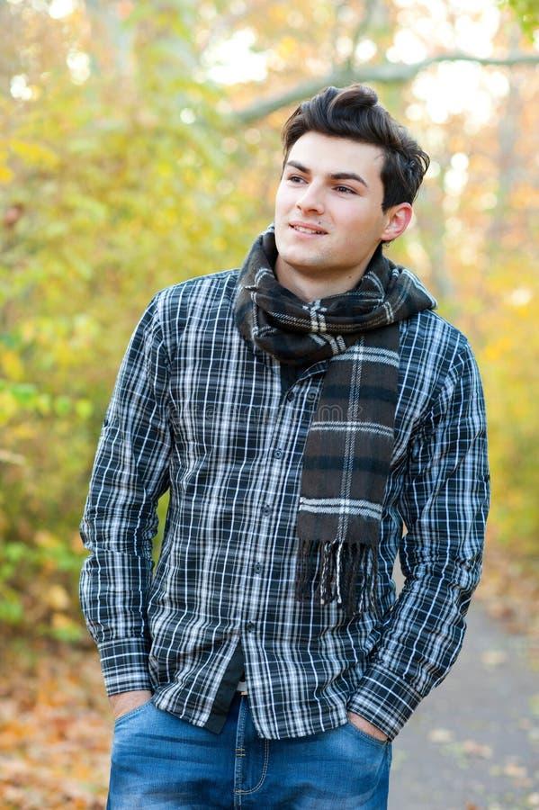 Uomo sorridente che fa un'escursione nel parco di autunno immagine stock