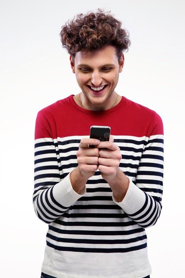 Uomo sorridente che per mezzo dello smartphone immagini stock