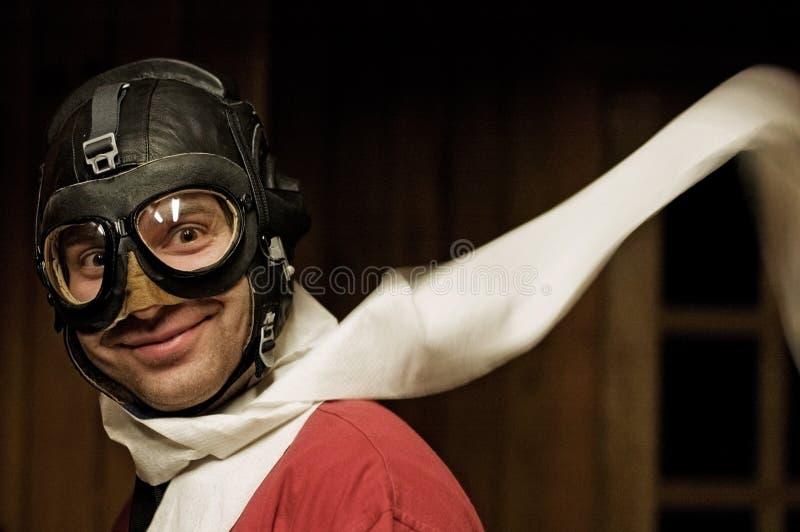 Uomo sorridente con gli occhiali di protezione di volo e del casco immagine stock