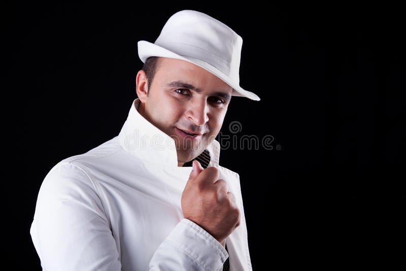 Uomo sorridente con il suoi cappello e cappotto bianchi fotografia stock libera da diritti