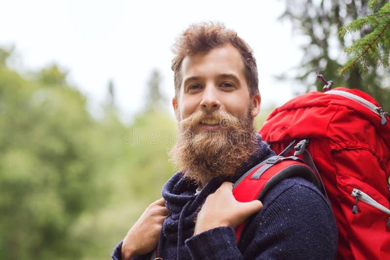 Uomo sorridente con l'escursione dello zaino e della barba fotografie stock libere da diritti