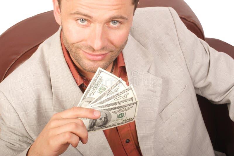 Uomo sorridente con poche fatture houndred dei dollari nella mano - isolata fotografia stock libera da diritti