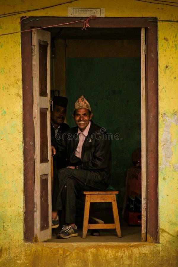 Uomo sorridente del villaggio di Sindhupalchowk dopo il earthquak immagini stock libere da diritti