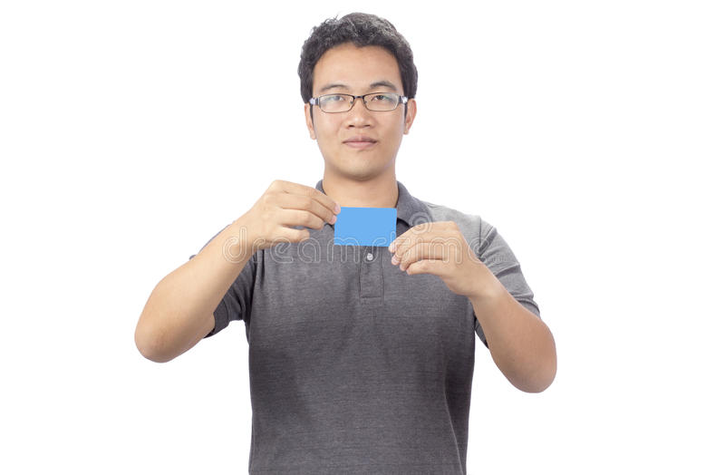 Uomo sorridente felice di affari che mostra biglietto da visita in bianco immagine stock