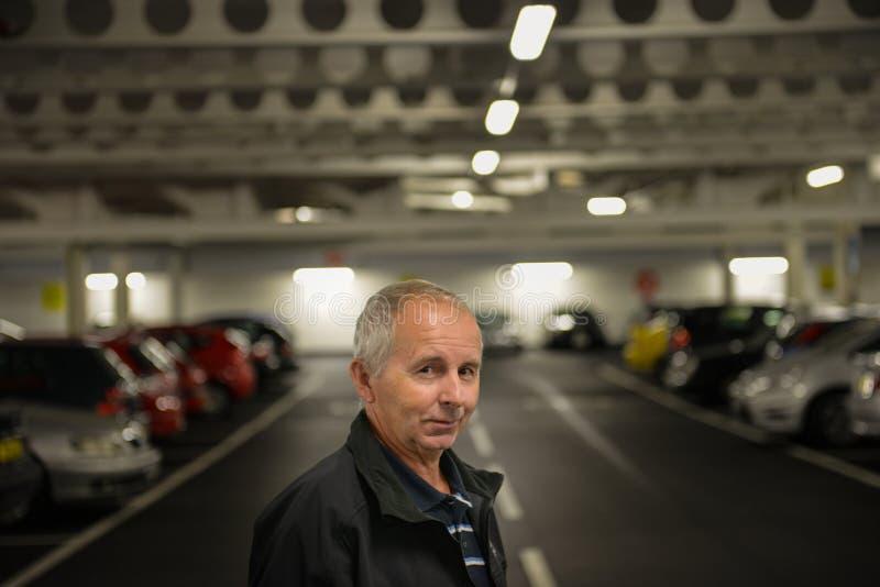 Uomo sorridente nel parcheggio fotografia stock