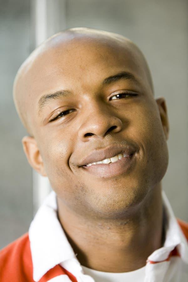 Uomo sorridente nella fine in su fotografia stock