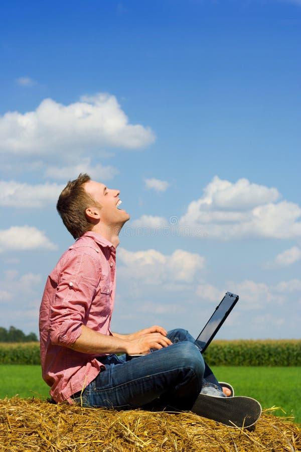 Uomo sorridente sopra la vista del paese immagine stock libera da diritti