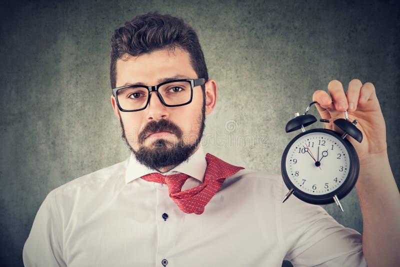 Uomo sovraccarico di affari con la sveglia fotografie stock libere da diritti