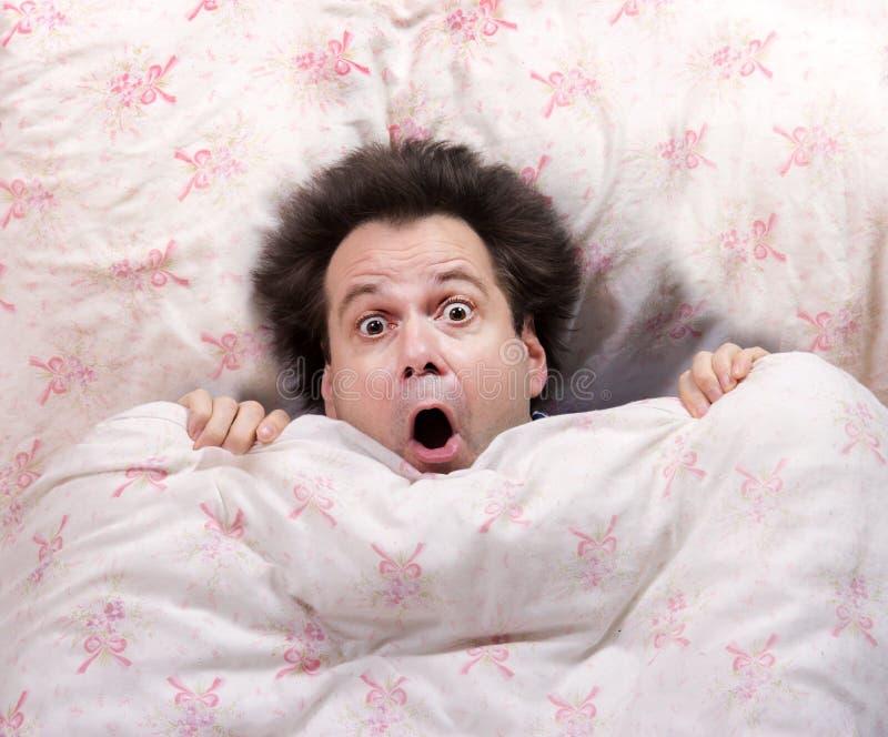 Uomo spaventato che si trova a letto immagine stock immagine di sopra maschio 61104865 - Letto che si chiude ...
