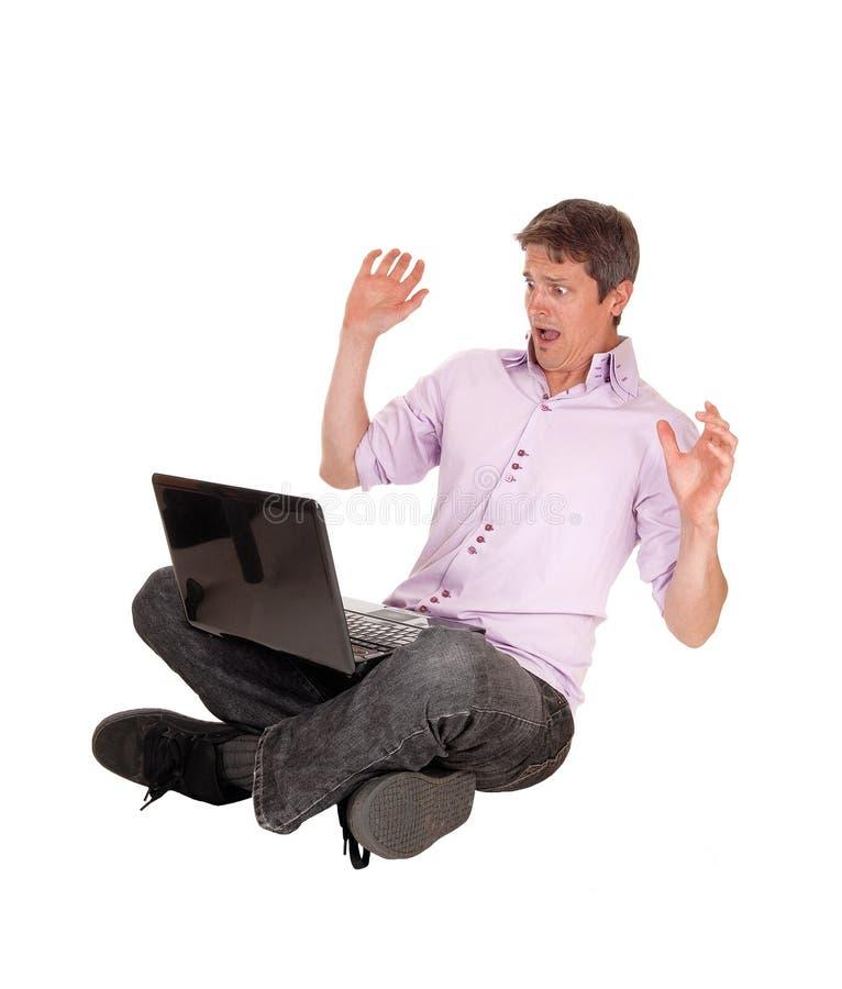 Download Uomo Spaventato Dal Suo Computer Portatile Fotografia Stock - Immagine di laptop, eccitato: 55352458